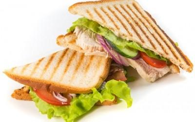 Клаб сендвич с беконом и копченой грудкой